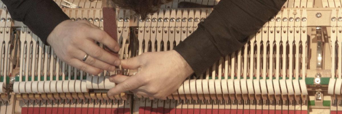 Klavierstimmer bei der Arbeit
